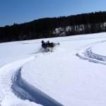 Снегоход на пруду