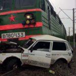 Товарный поезд протаранил «Ниву»