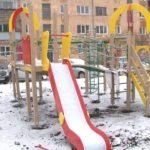 В Белорецке устанавливаются сразу три детских игровых комплекса