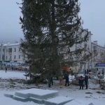 Установка главной ёлки на площади Металлургов