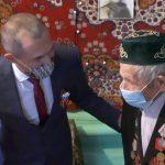 Ветеранам Великой Отечественной войны вручили мобильные телефоны